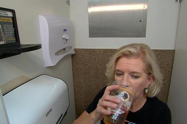 Kiếm triệu đô nhờ ý tưởng xây kệ đựng đồ trong nhà vệ sinh công cộng - 3