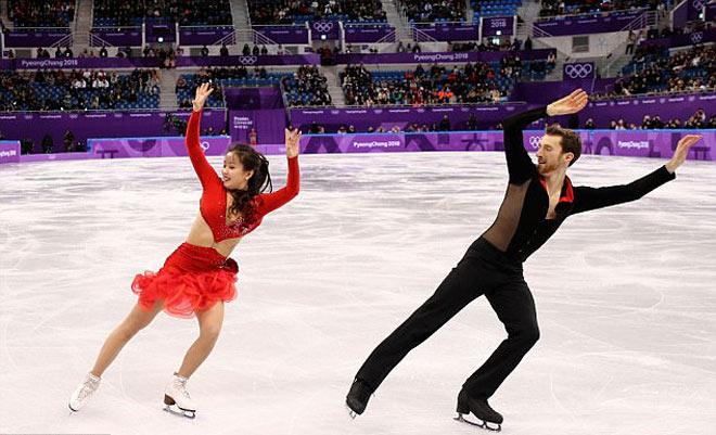 """""""Đỏ mặt"""" Olympic mùa đông 2018: Mỹ nhân đứt cúc áo, """"thả rông"""" thi đấu tiếp - 1"""