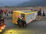 Lật xe khách chở người về quê ăn tết, ít nhất 12 người thương vong