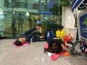 Nghìn người  hành xác  ở sân bay Tân Sơn Nhất rạng sáng 27 Tết