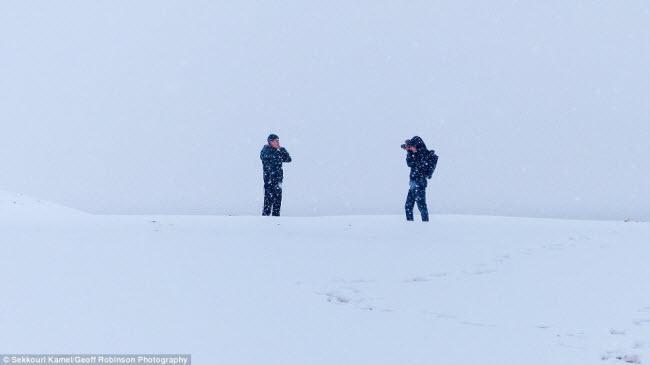 Du khách đổ xô tới sa mạc Sahara ngắm tuyết rơi - 6