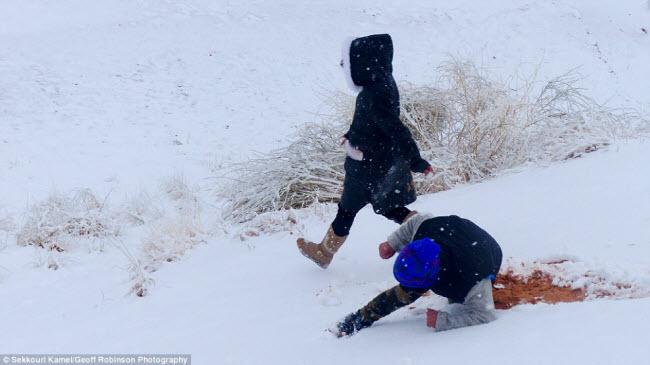 Du khách đổ xô tới sa mạc Sahara ngắm tuyết rơi - 7