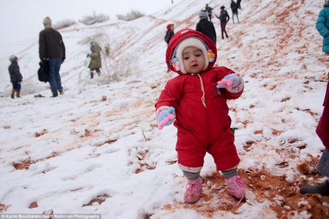 Du khách đổ xô tới sa mạc Sahara ngắm tuyết rơi - 3