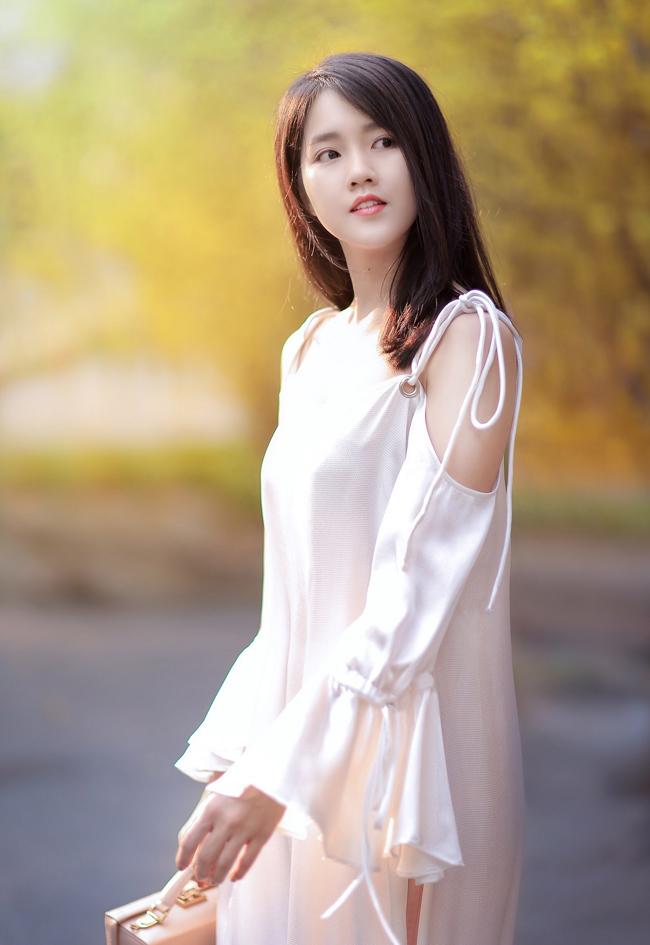 Không cần những mẫu áo dài rực rỡ màu sắc, Kiều Trinh vẫn nổi bật giữa vườn mai vàng.