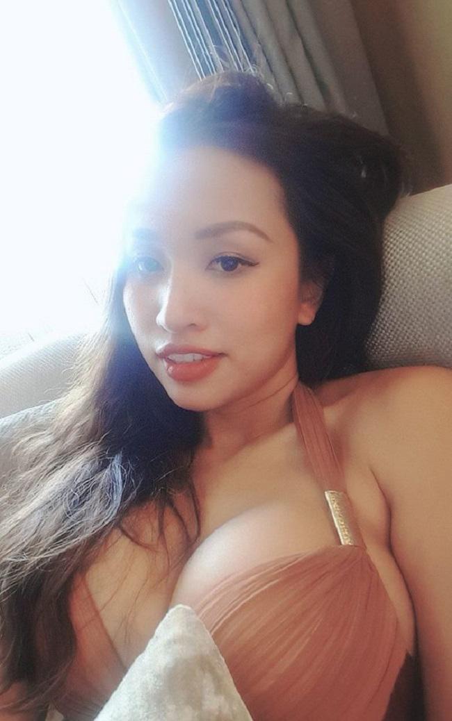 """MC, diễn viên Thanh Vân (Vân Hugo) gây sốc sau khi """"trùng tu"""" vòng một. Cô chăm chỉ diện những trang phục dạ tiệc cũng như bikini."""