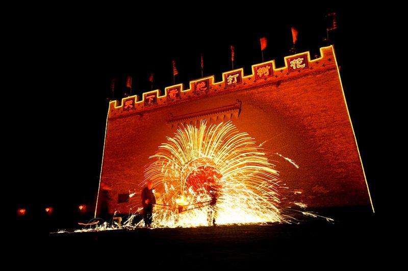 Kỳ diệu pháo hoa từ sắt nung 1000 độ của Trung Quốc - 1