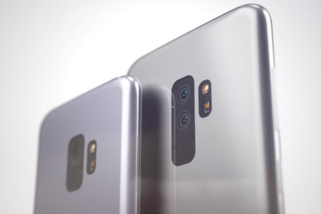 Theo đó Samsung Galaxy S9 và S9 Plus giờ đây được phác họa với viền đáy mỏng hơn và nhiều cảm biến ở phần đầu. Ngoài ra còn có bộ loa kép ở dưới cùng giắc cắm tai nghe. Ảnh S9 và S9 Plus.
