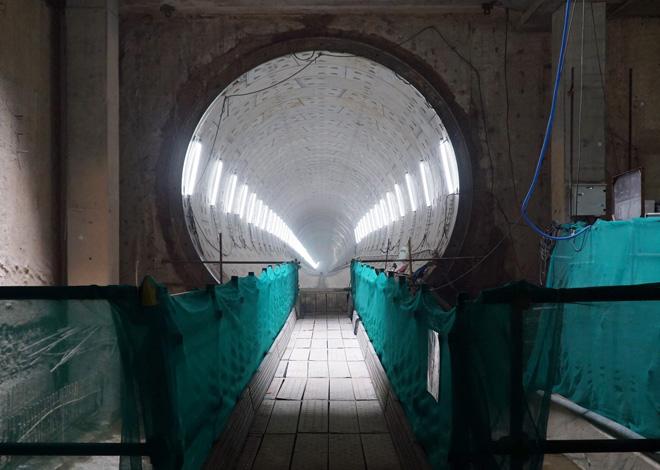 Đường cong uốn lượn của metro đầu tiên ở SG sau 6 năm thi công - 11