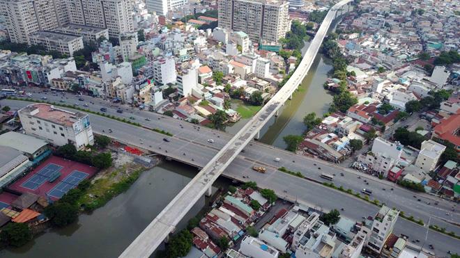 Đường cong uốn lượn của metro đầu tiên ở SG sau 6 năm thi công - 16