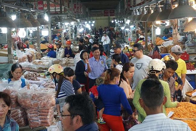 Chợ chuyên bán sỉ nhưng khách cũng có thể mua lẻ từ một kg trở lên, cùng với giá bán sỉ.