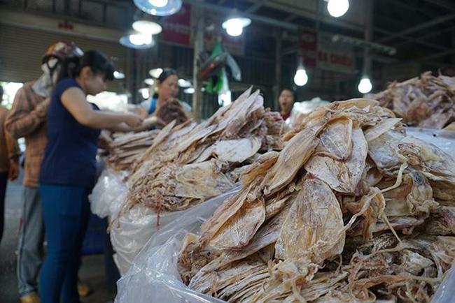 Hàng trăm chủng loại khô được bán tại 120 gian hàng trong khu nhà lồng K là nơi bán khô nước mặn, ngọt lớn nhất TPHCM, phục vụ khách hàng từ 8h sáng đến chiều tối.