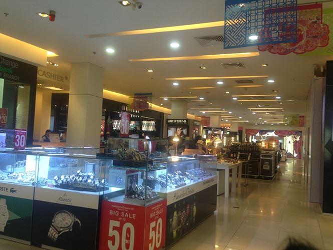 Hàng thời trang ở trung tâm thương mại Sài Gòn vắng hoe - 11