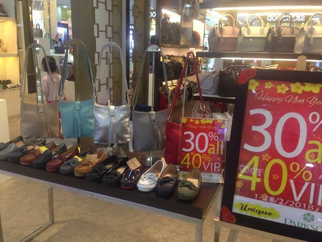 Hàng thời trang ở trung tâm thương mại Sài Gòn vắng hoe - 8