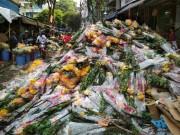 """Tin tức trong ngày - Hoa vứt bỏ chất thành """"núi"""" ở Sài Gòn, chôn vùi cả xe máy ngày 30 Tết"""