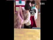 Trẻ mầm non mặc áo khoác trong một nốt nhạc gây sốt