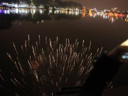 Clip: Ngắm pháo hoa ảo diệu dưới mặt nước Hồ Gươm đêm Giao thừa