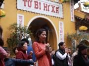 Mùng 1 Tết, người Hà Nội tấp nập đi lễ chùa cầu may