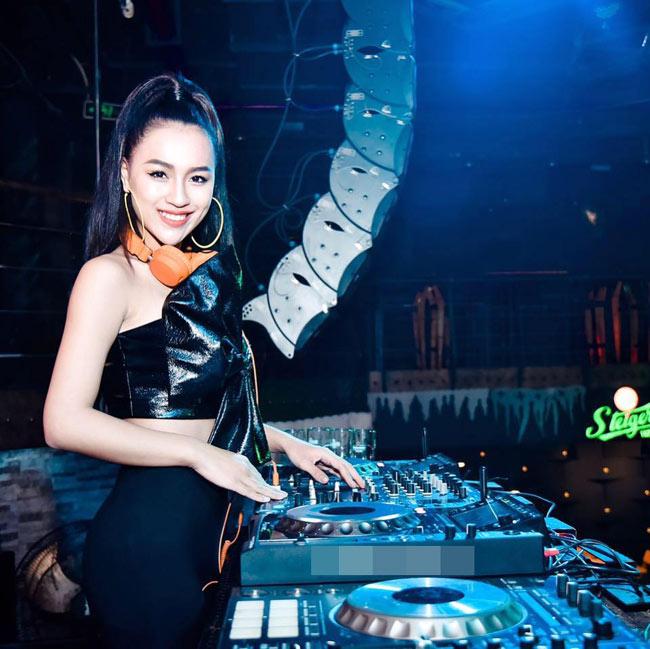 """DJ Tít (tên thật là Trần Thị Thủy Tiên) là một trong những nữ DJ nóng bỏng và """"đắt show"""" nhất Hà thành."""