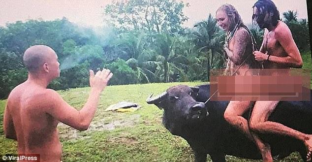 Khách Tây khỏa thân cưỡi trâu gây bức xúc ở Philippines - 1