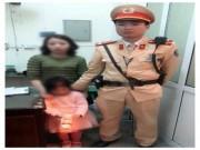 Mẹ xúc động đón con gái đi lạc ngày đầu năm từ CSGT