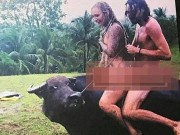 Khách Tây khỏa thân cưỡi trâu gây bức xúc ở Philippines