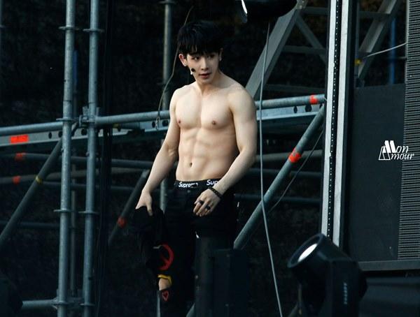 Loạt nam nhân Hàn khoe bụng múi ngay trên sân khấu khiến fan lụi tim - 9