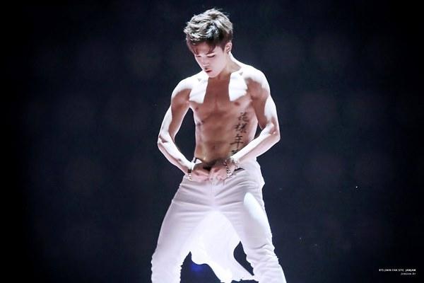 Loạt nam nhân Hàn khoe bụng múi ngay trên sân khấu khiến fan lụi tim - 7