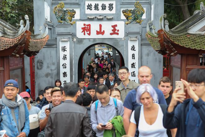 HN: Mùng 3 Tết người dân chen chân đi lễ chùa cầu may - 4