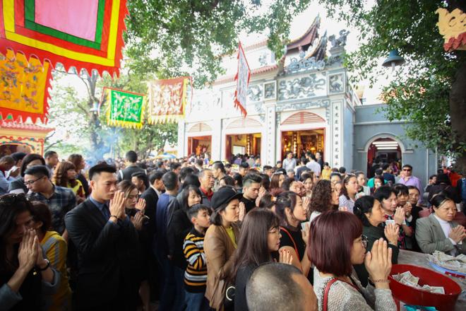 HN: Mùng 3 Tết người dân chen chân đi lễ chùa cầu may - 2