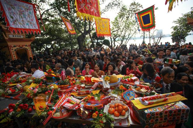 HN: Mùng 3 Tết người dân chen chân đi lễ chùa cầu may - 3