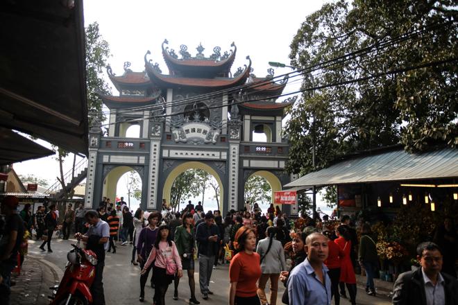HN: Mùng 3 Tết người dân chen chân đi lễ chùa cầu may - 1