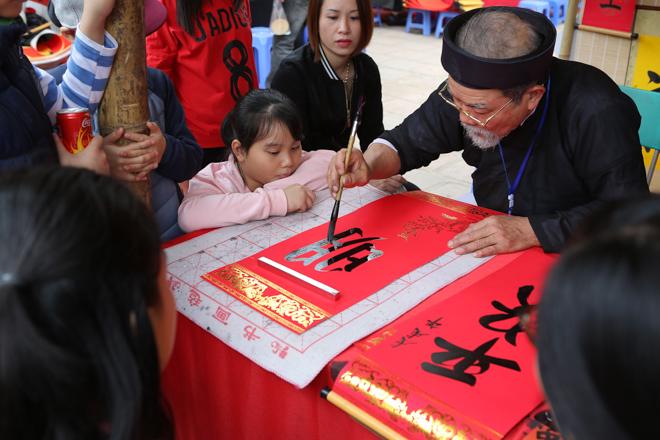 HN: Mùng 3 Tết người dân chen chân đi lễ chùa cầu may - 7