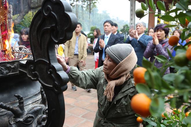 HN: Mùng 3 Tết người dân chen chân đi lễ chùa cầu may - 5