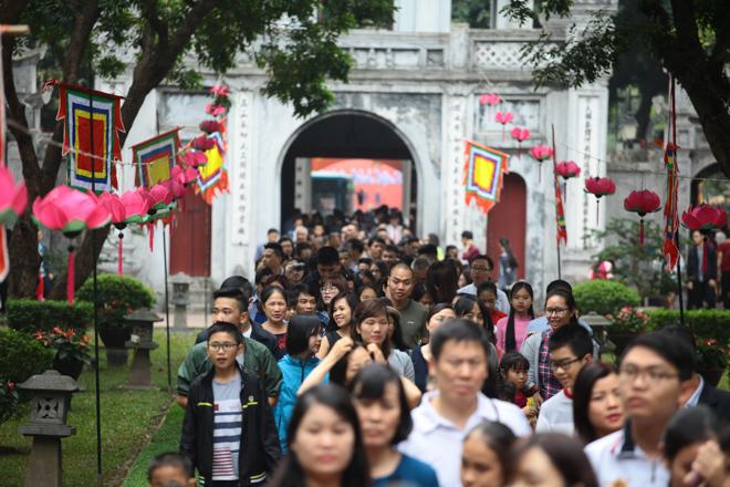 HN: Mùng 3 Tết người dân chen chân đi lễ chùa cầu may - 6
