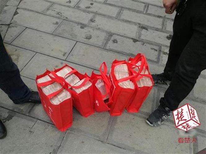 Cảnh sát hộ tống người phụ nữ xách 13 tỉ đồng tiền mặt về quê ăn Tết - 2