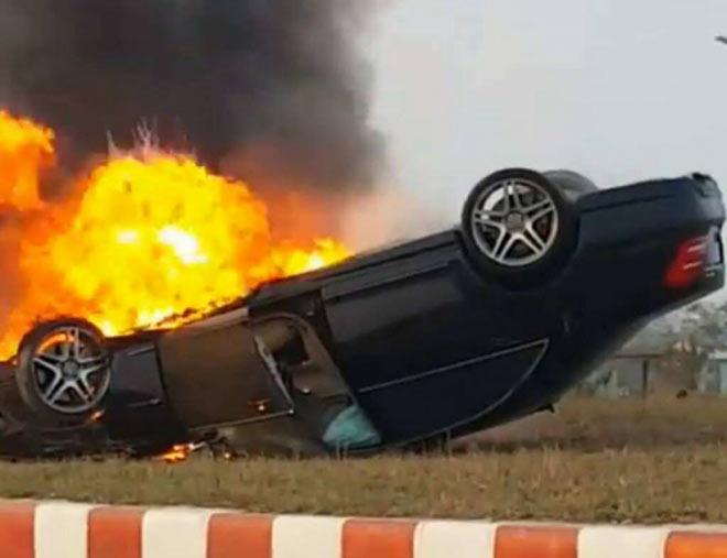 Mercedes S63 phơi bụng, cháy rụi sau khi bị lật ở Hải Phòng - 2