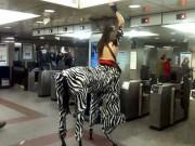 """Bắt gặp những hành khách  """" quái dị """"  đi tàu điện ngầm"""