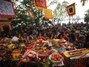 HN: Mùng 3 Tết người dân chen chân đi lễ chùa cầu may