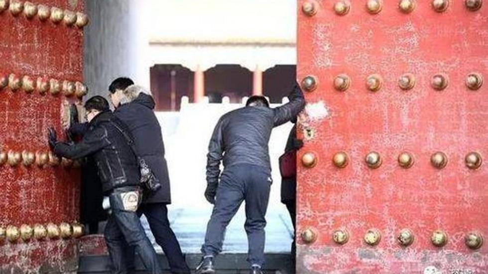 Những người ngày nào cũng mở cánh cổng nổi tiếng nhất Trung Quốc - 1
