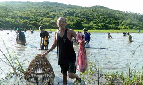 Độc đáo lễ hội đánh cá cầu may dưới chân núi Hồng Lĩnh - 1