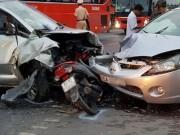 Tin tức trong ngày - 2 ô tô kẹp bẹp xe máy, ít nhất 9 người bị thương