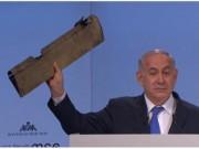 """Thủ tướng Israel đưa mảnh vỡ máy bay tới hội nghị Đức  """" vỗ mặt """"  Iran"""