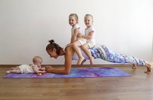Mẹ 3 con dùng các con thay tạ tập gym và kết quả bất ngờ - 2