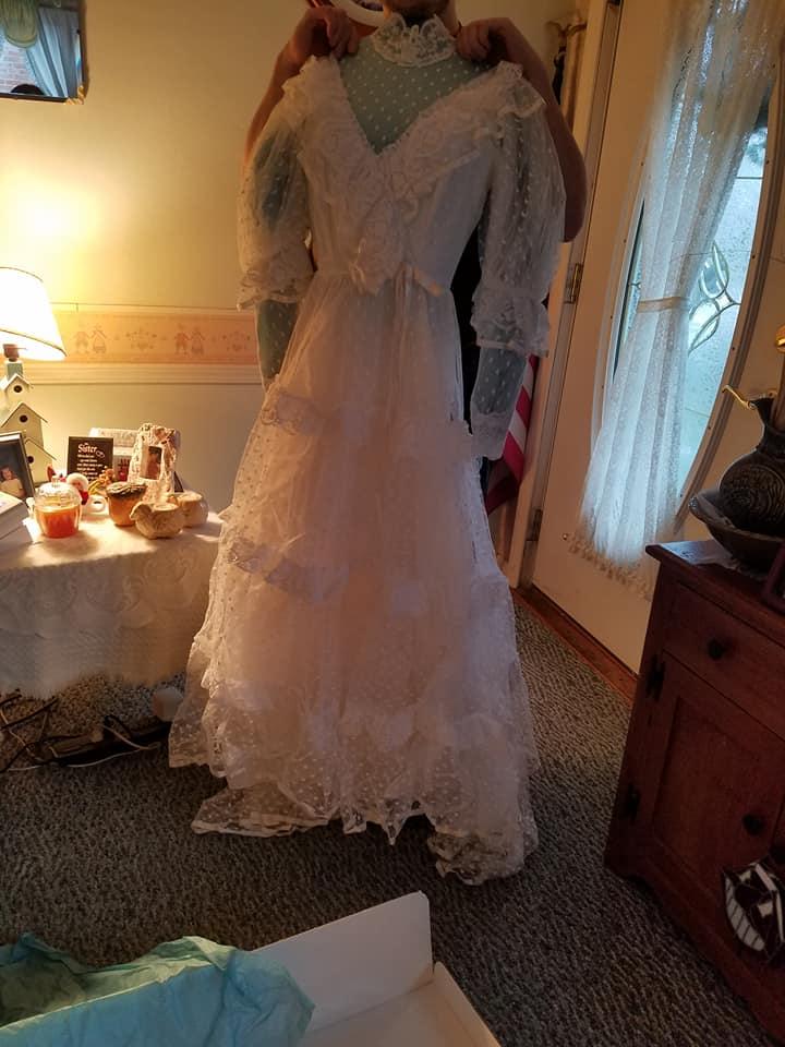 Mỹ: Gửi váy cưới đi giặt, 32 năm sau mới nhận lại được - 1