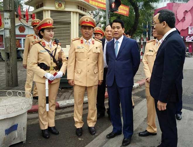 Chủ tịch TP Hà Nội lì xì cho nữ CSGT đầu năm - 2