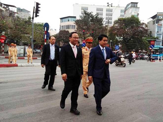 Chủ tịch TP Hà Nội lì xì cho nữ CSGT đầu năm - 1