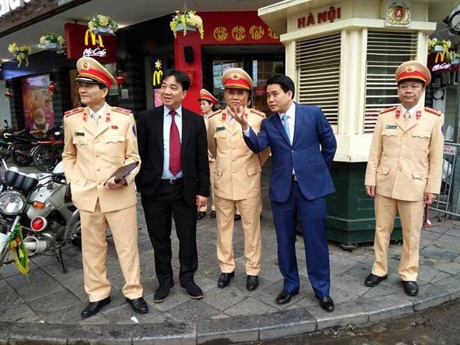 Chủ tịch TP Hà Nội lì xì cho nữ CSGT đầu năm - 3