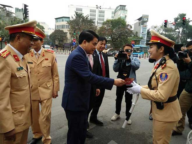 Chủ tịch TP Hà Nội lì xì cho nữ CSGT đầu năm - 4