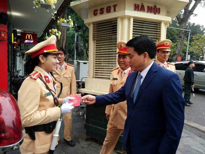 Chủ tịch TP Hà Nội lì xì cho nữ CSGT đầu năm - 5