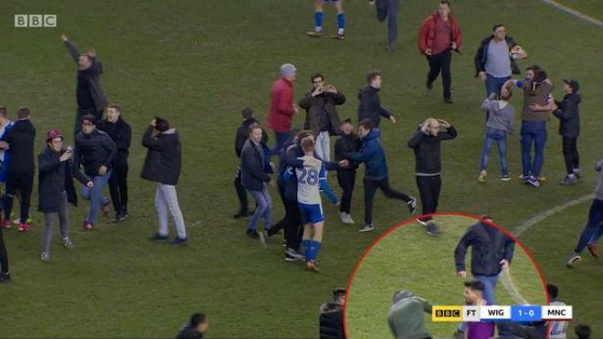 Man City thua sốc FA Cup: Aguero đánh CĐV, đối mặt án phạt nặng - 1